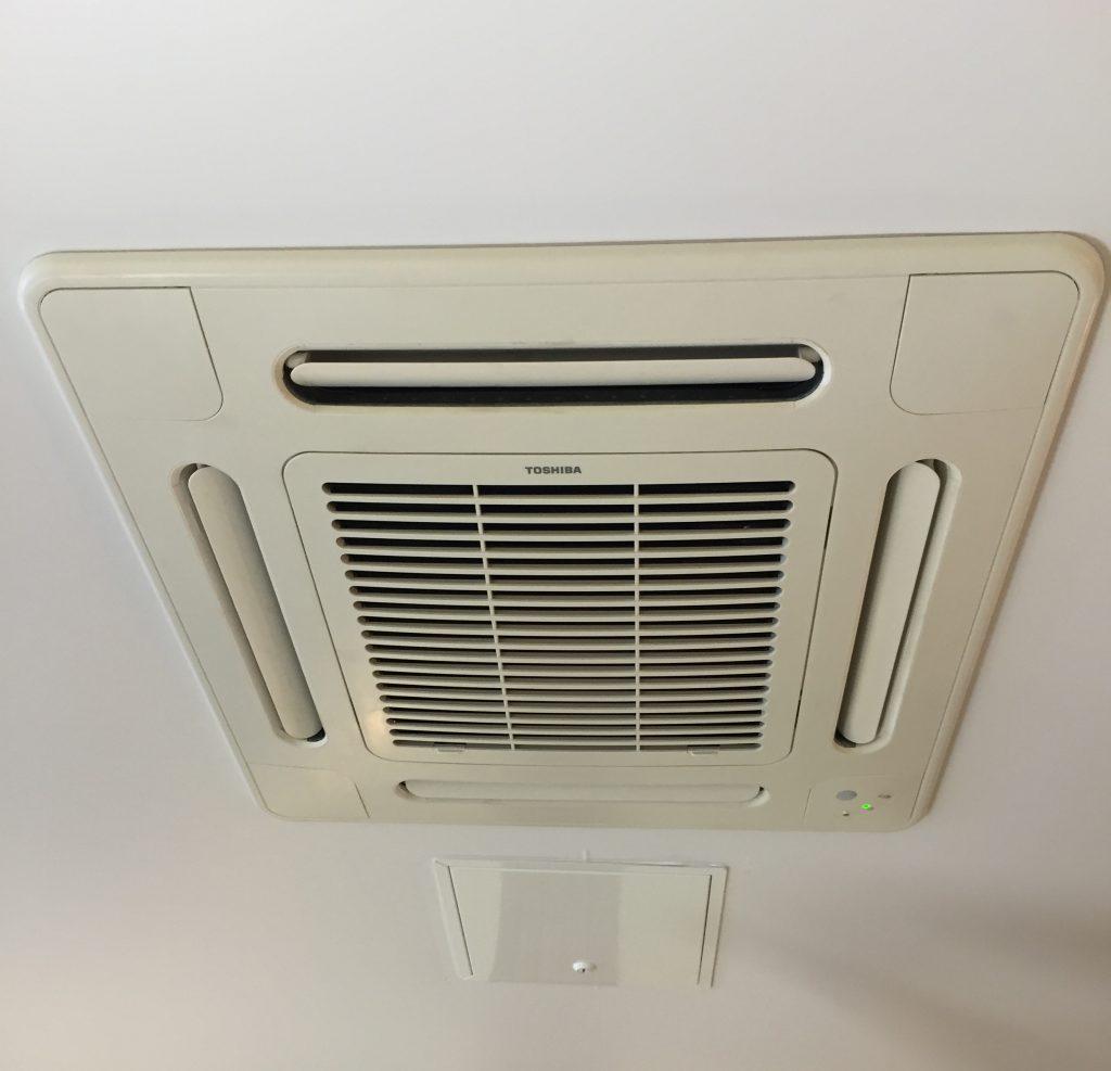 Installation climatisation sur plafond suspendu pour un restaurant
