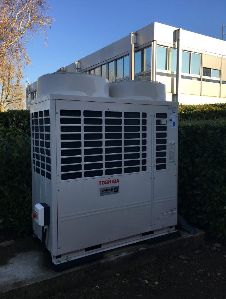 Installation d'un système de climatisation réversible DRV déporté du bâtiment.