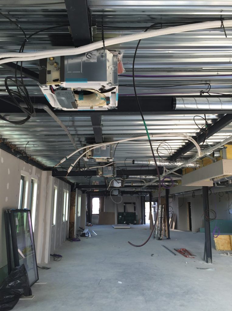 Installation de climatisation réversible pour un plateau de bureau avec apport d'air dans l'unité intérieure.