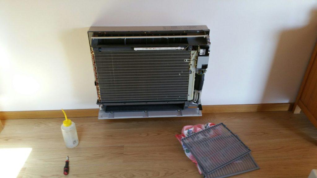 Démontage complet de l'habillage pour l'entretien des systèmes de climatisation.
