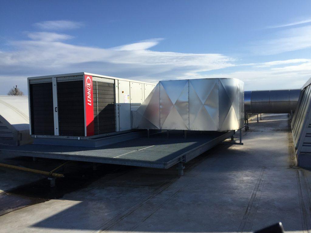 Installation d'une climatisation reversible monobloc de toiture.